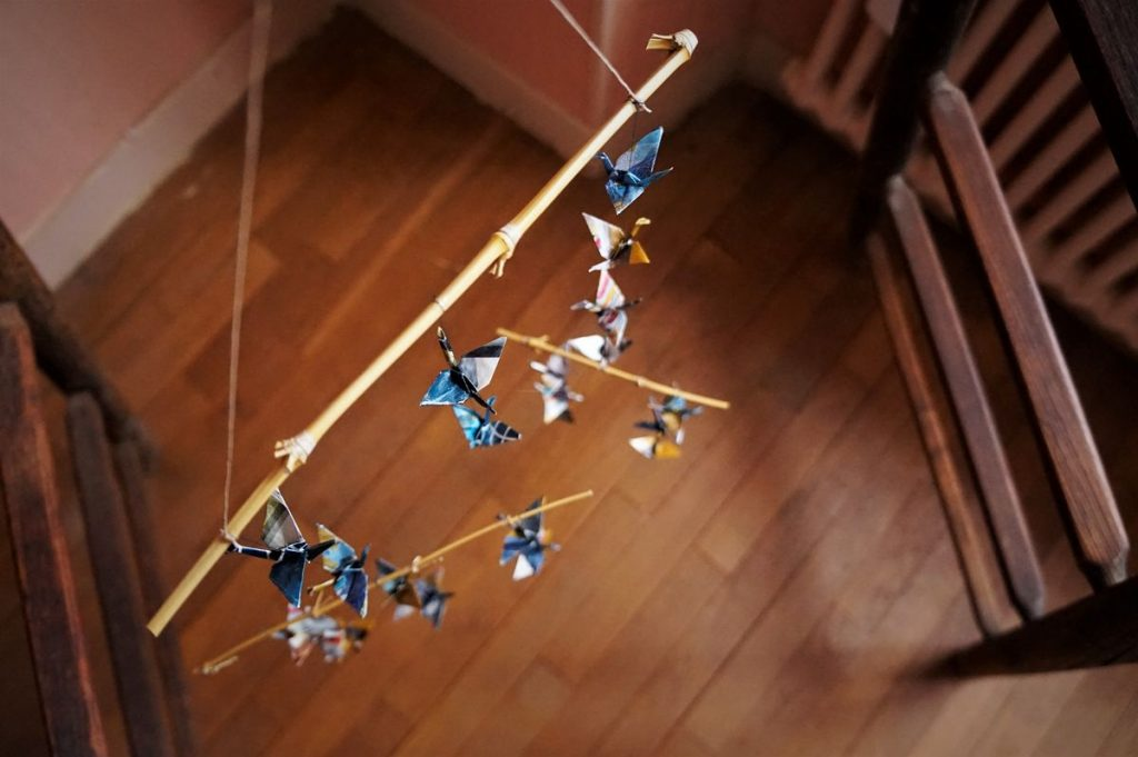 mobiles, suspension, origami, bambou, noisetier, ruban, grues, pliage